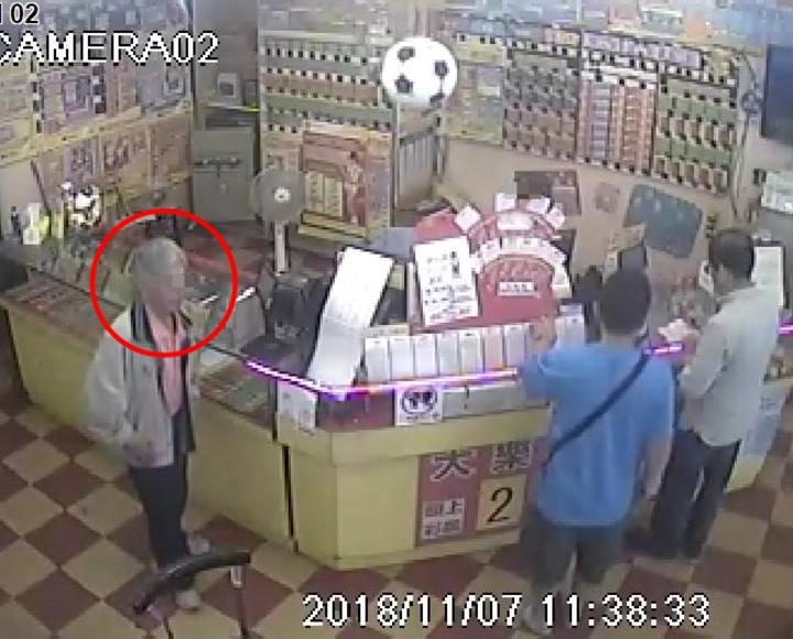 伍男(紅圈處)前科累累,因去年涉及詐騙價值約台幣5萬元的2本刮刮樂,在台北地檢檢察官指揮新店警分局偵查隊下逮捕。記者柯毓庭/翻攝