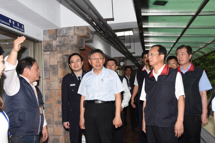 台北市長柯文哲,為萬安42號演習巡視台北市警察局。圖/記者廖炳棋翻攝