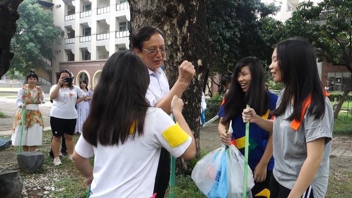 今天上午的武林大會師,校長林勳棟也來湊一腳,親身體驗入丐幫的儀式。記者翁禎霞/攝影