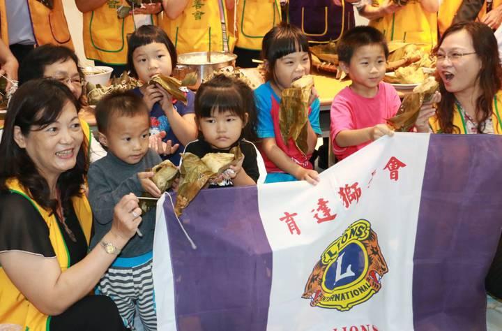 家扶親子們一起體驗包粽子。記者李京昇/攝影