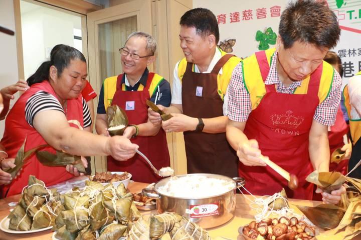 雲林家扶扶助家庭的媽媽細心指導育達慈善會會友們包粽技巧。記者李京昇/攝影