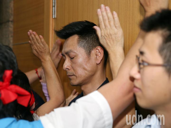 因延後初選遭國民黨中央停權的花蓮縣黨部主委鄒永宏,下午號召黨員到黨中央抗議 ,黨員不耐黨部不回應,衝進黨部拍打正在召開中常會的中山廳大門,並試圖衝上樓,和負責維安的員警發生推擠。記者曾吉松/攝影