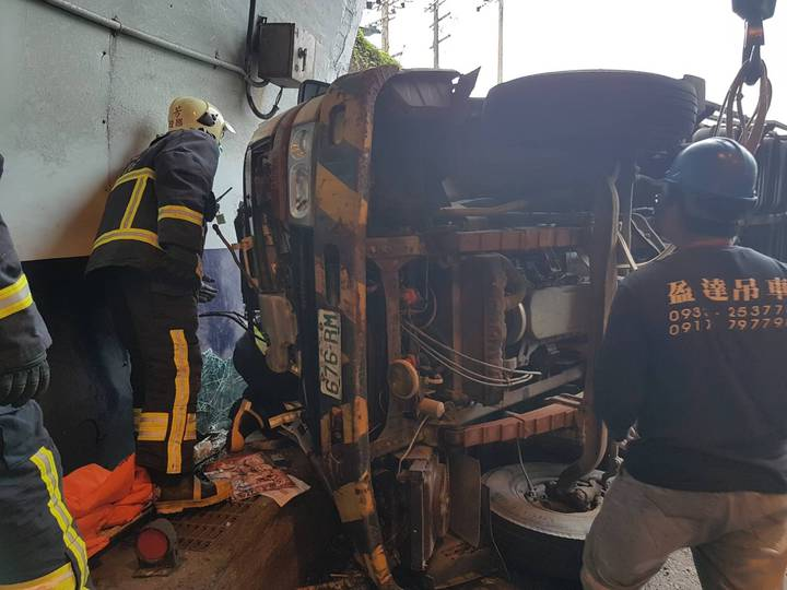 台電外包廠商工程車今天下午在台2線瑞芳海濱隧道口翻車,兩人受傷,交通受阻。記者邱瑞杰/翻攝