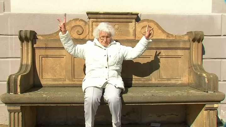 一般人若能活到百歲,通常都是安享晚年,但德國有個奶奶卻看法不同,決定出馬參選地方代表,為年輕人做點事,身體勇健的四處趴趴走拉票,而她最大的政見,就是要求重新開放戶外泳池。路透社