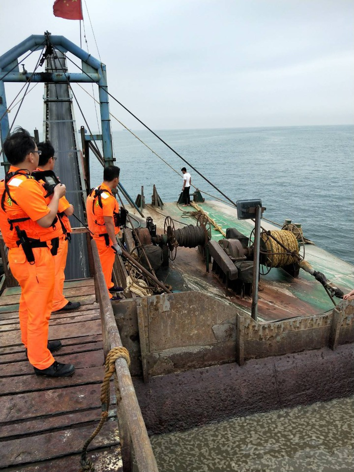 馬祖海巡隊強行登檢3500噸級大陸抽砂船。圖/馬祖海巡隊提供