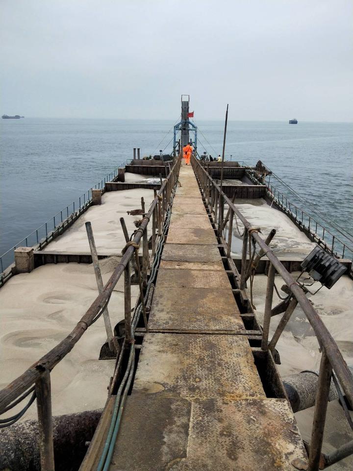 馬祖海巡隊查獲大陸抽砂船非法越界作業,涉嫌竊取海砂。圖/馬祖海巡隊提供
