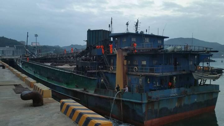 大陸抽砂船「海勝655號」被押回南竿偵辦。圖/馬祖海巡隊提供