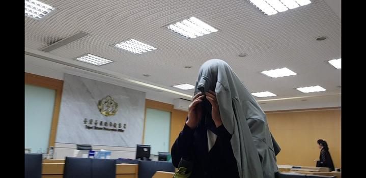 美磊董座蔡茂禎把自己包緊緊,不給媒體拍照,毫無大老闆氣勢。記者張宏業/攝影