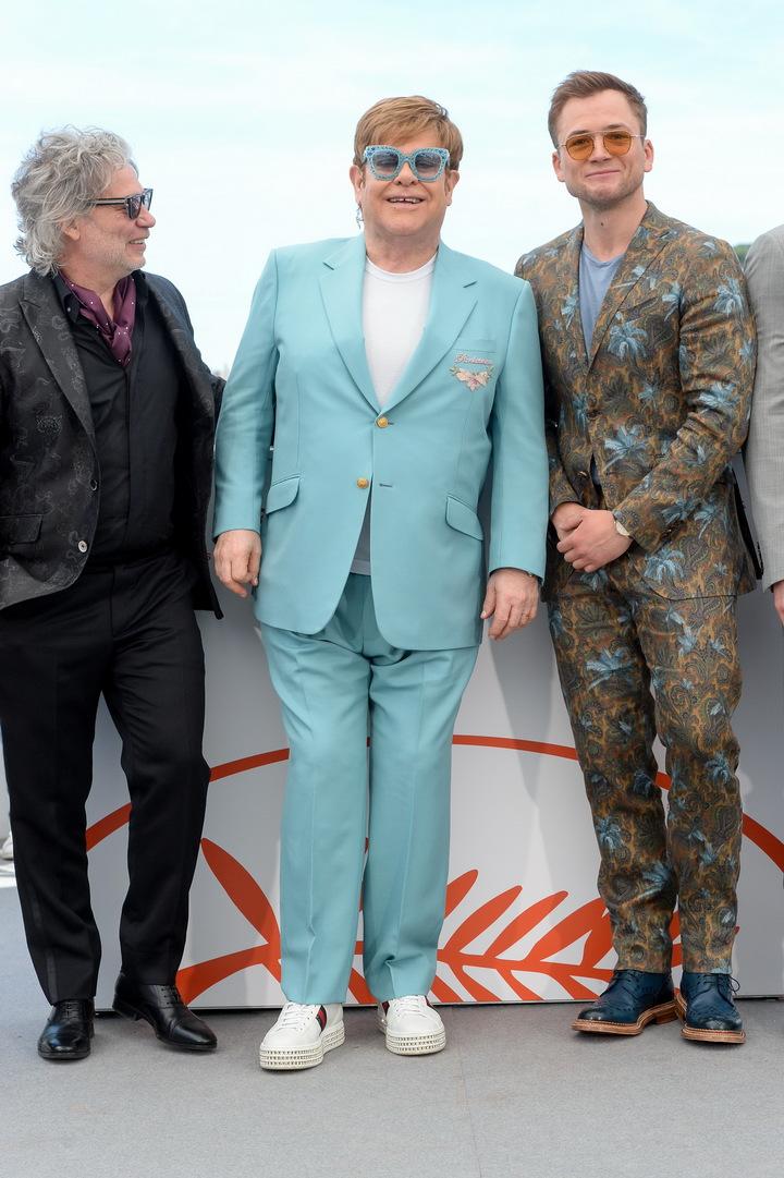 艾爾頓強穿古馳出席《火箭人》記者會與片中飾演他的英國男星泰隆艾格頓合影。圖/古馳提供