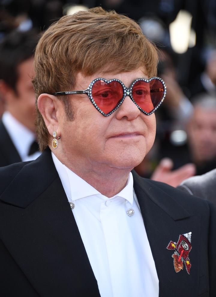 艾爾頓強穿古馳配戴蕭邦珠寶出席《火箭人》首映紅毯。圖/蕭邦提供