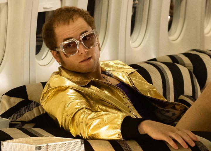 歌舞片《火箭人》中,《金牌特務》英國男星泰隆艾格頓飾演超級流行音樂天王艾爾頓強,配戴蕭邦珠寶。圖/蕭邦提供