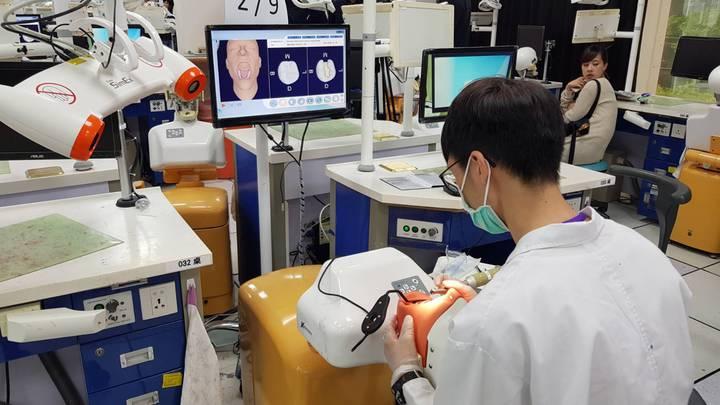 因應牙科教育數位化風潮,台北醫學大學牙醫學系與南部科學園區廠商合作,今天舉辦第一屆全國AR數位牙醫臨床技能模擬操作競賽。全國四校牙醫系學生同場競技,爭取第一屆數位AR牙醫臨床技能競賽王的殊榮。圖/北醫大提供