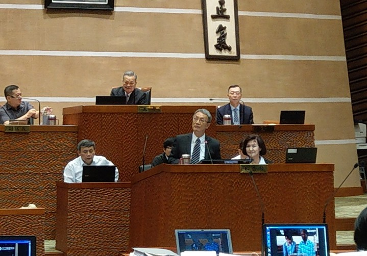 宜蘭縣政府秘書長全程陪坐縣議會報告席幫縣長答詢,林姿妙表示,這是新政府、新創意,很好!