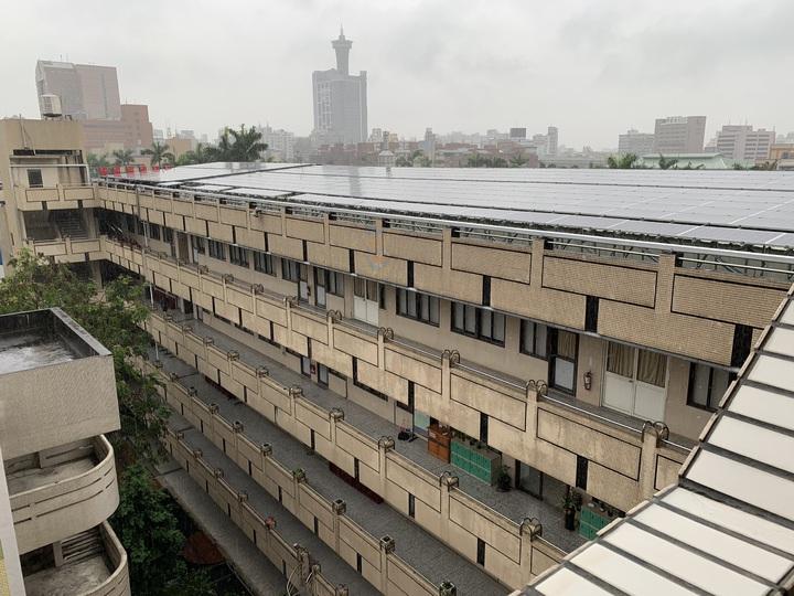 中女中總務主任林明佐表示,周一急降雨,綜合大樓頂樓排水不及,加上目前在建置太陽能板,一期工程9成完工,目前二期工程進行中,完成支架建設,但已先停工要求廠商先解決漏水問題,才會准予復工。圖/中女中提供