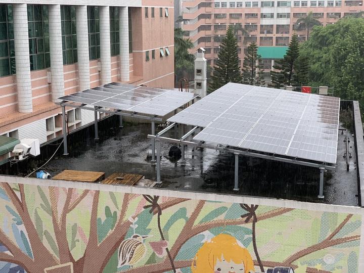 台中女中綜合大樓建置太陽能板,一期工程9成完工,目前二期工程進行中,疑似因此而導致漏水。圖/讀者提供