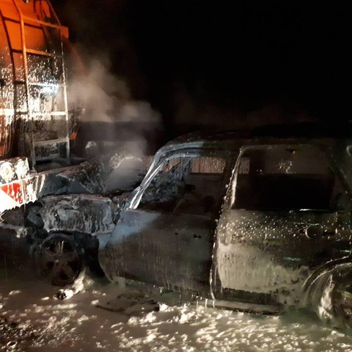 台61線彰化伸港路段今天凌晨1點多發生火燒車事故,謝姓男子駕駛的小客車由後方追撞前方化學槽車,幸好槽車司機即時拉出謝男,小客車隨即被吞噬在大火中,被燒得焦黑。圖/消防局提供