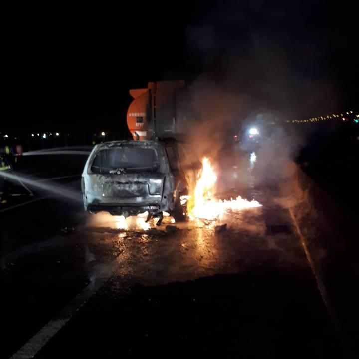 台61線彰化伸港路段今天凌晨1點多發生火燒車事故,謝姓男子駕駛的小客車由後方追撞前方化學槽車,幸好槽車司機即時拉出謝男,小客車隨即被吞噬在大火中。圖/消防局提供