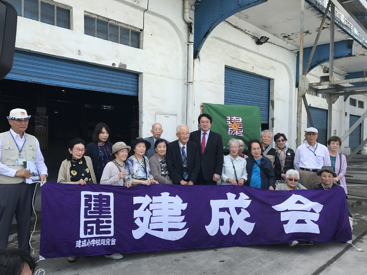 一群從台北市建成小學畢業的灣生們,今日相約回到對台灣最後回憶的地方基隆港,有人紅了眼眶、有人凝神不語。記者吳淑君/攝影