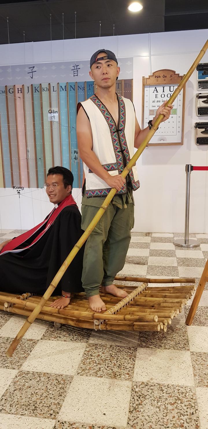 巴克禮特展中展出台灣早期傳道牧師過河時坐的竹筏。記者修瑞瑩/攝影
