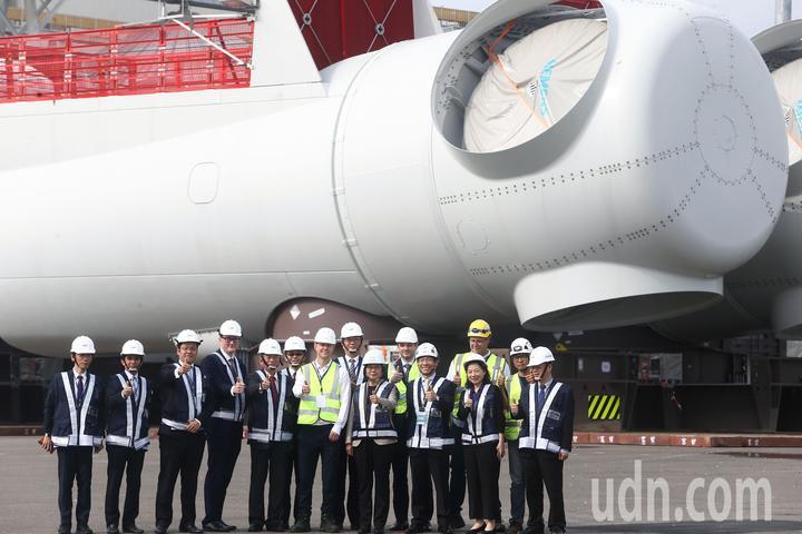 蔡英文總統(前排右四)與經濟部長沈榮津(左五)等人在風力發電所使用的風扇前合影留念。記者黃仲裕/攝影
