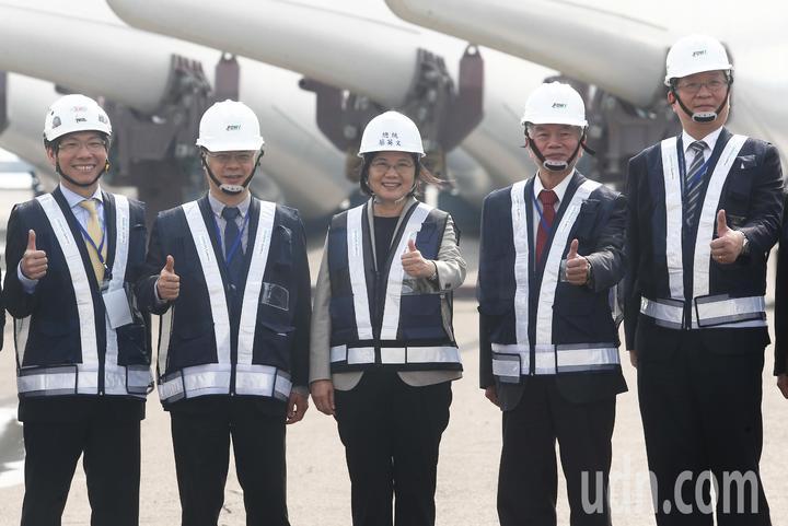 蔡英文總統(中)與經濟部長沈榮津(右二)等在風力發電所使用大型器具前合影留念。記者黃仲裕/攝影