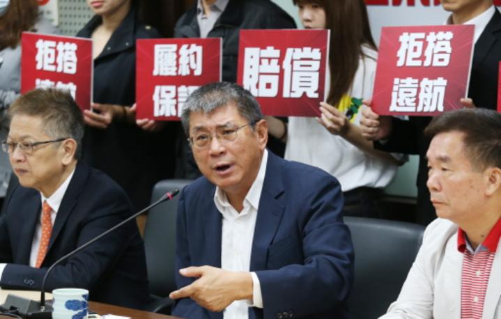 台灣海峽兩岸旅行發展協會理事長姚大光(中)及旅行業者等,上午舉行記者會,抨擊民航局「失職、失能」,並要求遠航負起賠償責任。記者曾學仁/攝影