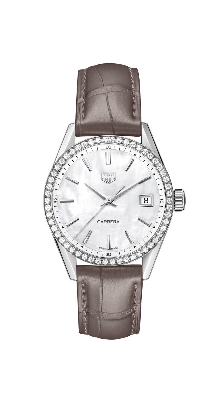 泰格豪雅Carrera Lady腕表,不鏽鋼表殼搭配珍珠母貝表盤、鑲鑽表圈,搭載Calibre 5機械機芯,約15萬3,100元。圖/TAG Heuer提供