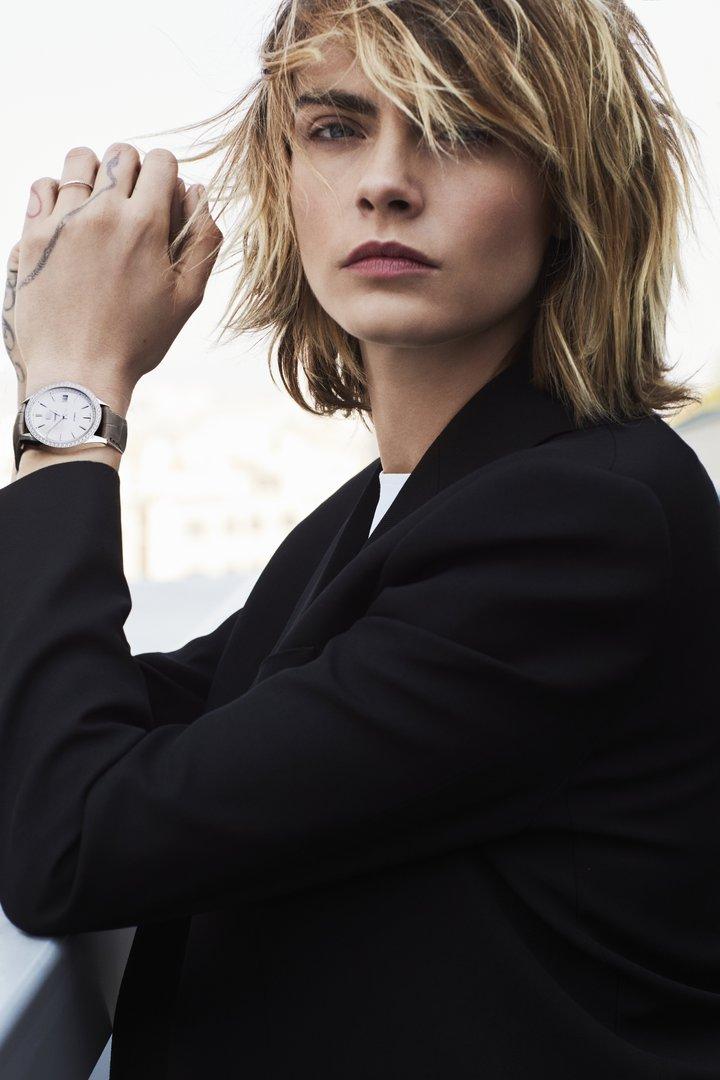 超模卡拉迪樂芬妮演繹泰格豪雅全新Carrera Lady腕表,形象照帥氣逼人。圖/TAG Heuer提供