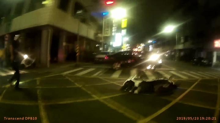 林姓男子撞警後,倒車調頭逃離。記者林保光/翻攝
