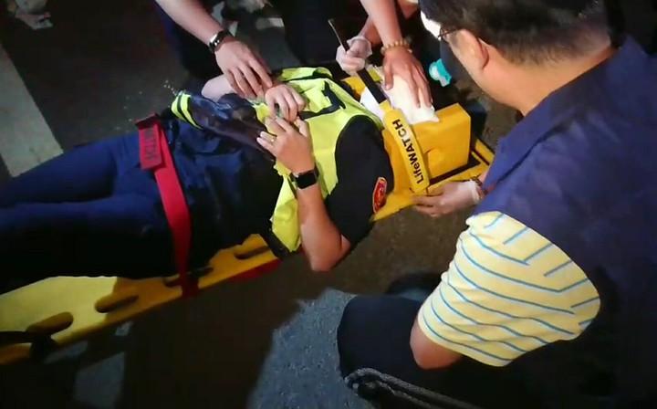 高雄市警苓雅分局快打部隊今天凌晨出勤途中,王姓女警出車禍,救護人員將她扶上擔架。記者林保光/翻攝