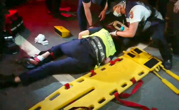 高雄市警苓雅分局快打部隊今天凌晨出勤途中,王姓女警出車禍,救護人員正為她檢傷。記者林保光/翻攝