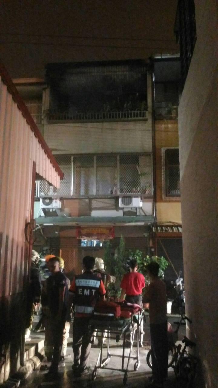 附近住家憂心火勢延燒,紛紛跑出來一探究竟,消防局指出,起火原因仍待調查。記者邵心杰/翻攝