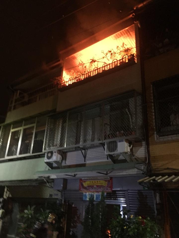 台南市南區一民宅昨天深夜傳出火警,火舌從3樓加蓋神明廳竄出,所幸火勢很快控制,無人員受傷。記者邵心杰/翻攝