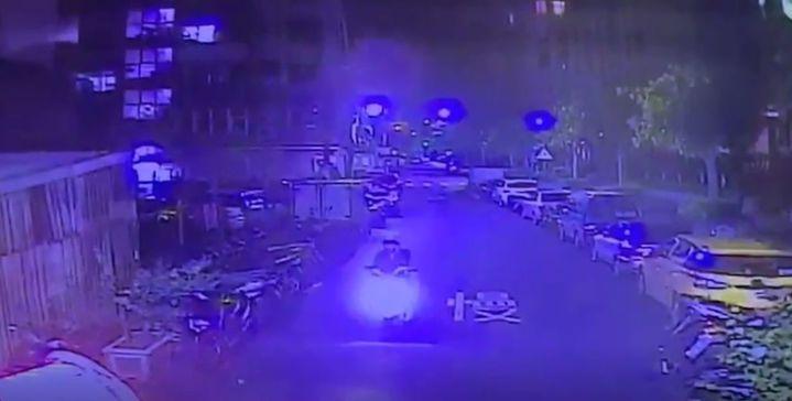 洪姓男子深夜在新北市住家門口遭開槍擊中腳部,案發後約半小時林姓男子帶槍投案,警方調閱監視器,發現林犯後騎機車逃逸。記者李奕昕/翻攝