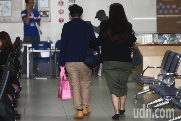 同志伴侶在台中市南屯戶政事務所辦理好婚姻登記後,拿著事務所給予的婚禮小物開心離開。記者黃仲裕/攝影