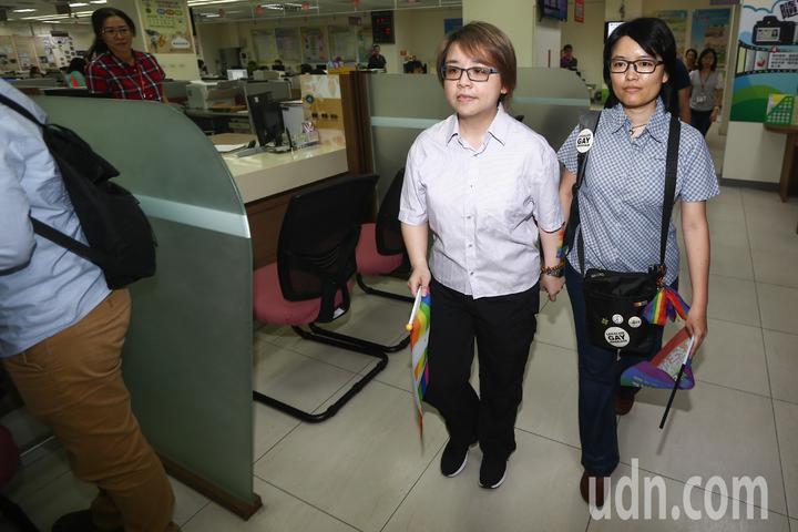 同性伴侶林阿比(左)與王蘇摩(右)早上八點前往台中市南屯戶政事務所辦理結婚登記。記者黃仲裕/攝影