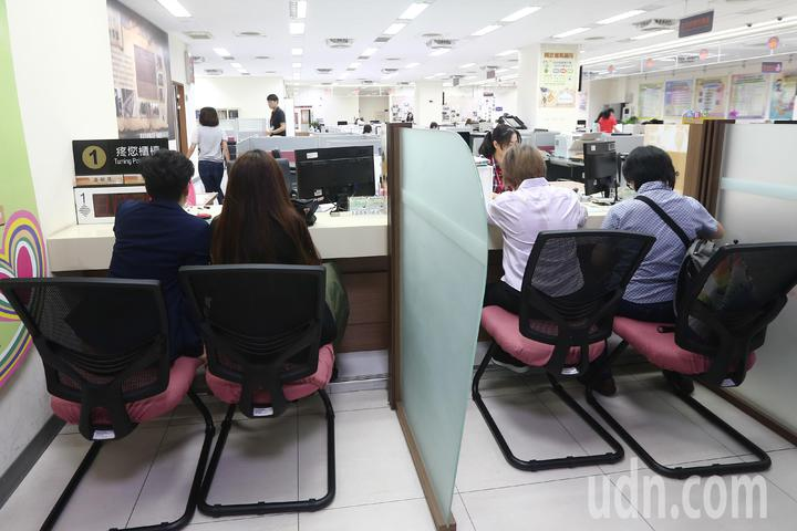 台中市南屯戶政事務所一早有許多對同性新人辦理結婚登記。記者黃仲裕/攝影