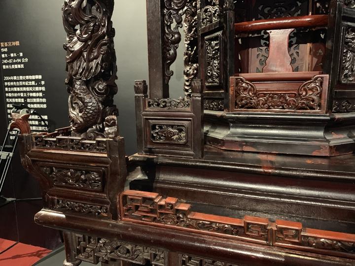 雲林鰲峯宮神轎是李秉圭父親的作品,3年前文化部認證「重要鑿花」、「大木作」的雙國寶李秉圭親手修復,別具意義,淺色是新修的痕跡。記者喻文玟/攝影