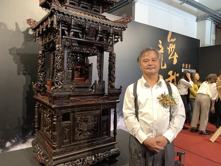 71歲的李秉圭是文化部認證的「重要鑿花」、「大木作」保存技術者雙國寶,文化部啟動「文資傳匠工坊」傳承技術,這件雲林鰲峯宮神轎是他父親完成的作品,3年前李秉圭親手修復,別具意義。記者喻文玟/攝影