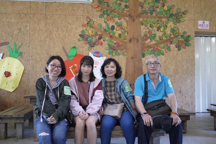 小雅(左2)和呂週迪全家像一家人,呂家每次都很期待相見歡活動。圖/桃園家扶中心提供
