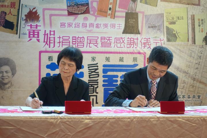 黃娟(左)與客發中心何金樑主任(右)今簽署捐贈同意書。記者劉星君/攝影