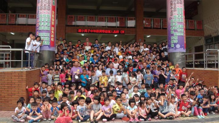 中埔鄉和興國小師生們歡樂品嚐「乖粽」,了解這項傳統習俗。記者謝恩得/攝影