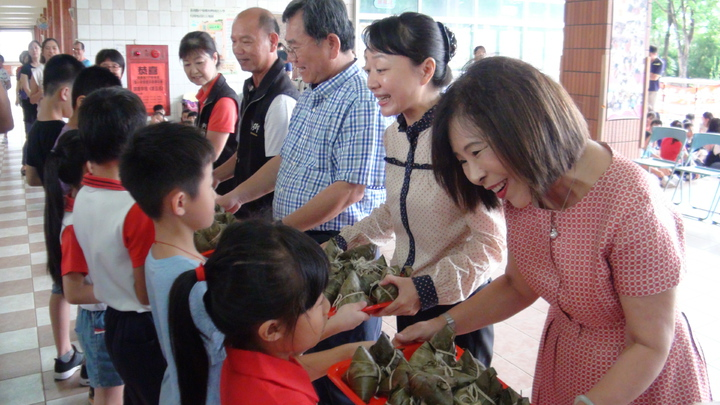 中埔鄉和興村舉辦5月初一吃「乖粽」,也將分享給全村低收入戶及65歲以上老人家。謝恩得/攝影
