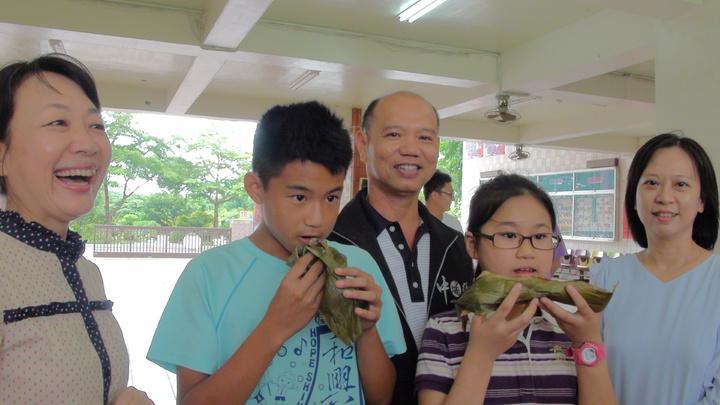 今天是農曆五月初一吃「乖粽」,右三是村長韋綱松。記者謝恩得/攝影