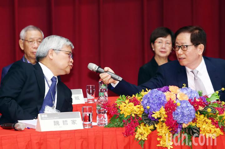 台積電今天召開股東會,在創辦人張忠謀去年交棒後,董事長劉德音(前右)與總裁魏哲家(前左)今年首度主持股東會。記者杜建重/攝影