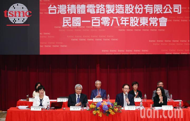 台積電今天上午召開股東會,由董事長劉德音(前右二)和總裁魏哲家(前左二)共同主持。記者杜建重/攝影