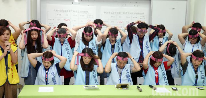 桃園空服員工會發起罷工投票,下午開票結果出爐宣布正式取得罷工權,眾人一同綁上粉紅頭巾,展現決心。記者曾吉松/攝影