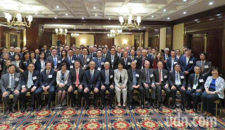 政務委員鄧振中(前排左六)率領台灣代表團赴美參與「選擇美國」投資高峰會。華盛頓記者張加/攝影