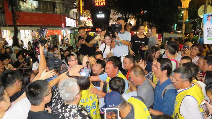 鴻海董事長郭台銘今晚逛逢甲夜市,現場擠得水洩不通。記者洪敬浤/攝影