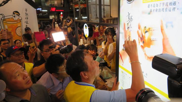 鴻海董事長郭台銘今晚逛逢甲夜市,不少商家都邀請郭董在招牌上簽名加持。記者洪敬浤/攝影